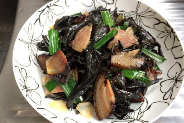 腊肉炒黑喇叭菌怎么做